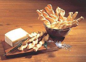 Blätterteigstangen. Ein herzhaftes Gebäck aus der Schweiz. 100 g mit Käse, 100 g mit Salz und 100 g mit Kümmel. Das passende Knabbergebäck zum Bier oder Wein. -